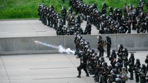 Turvallisuusjoukot ampuivat kyynelkaasua kohti mielenosoittajia St Paulissa Minnesotassa 31. toukokuuta