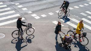 pyöräilijöitä risteyksessä
