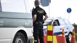 Ruotsista Suomeen tulevaa liikennettä tarkastetaan Tornion raja-asemalla 4. kesäkuuta 2020.