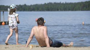 Rantaelämää Oittaan uimarannalla Espoossa torstaina 11. kesäkuuta.