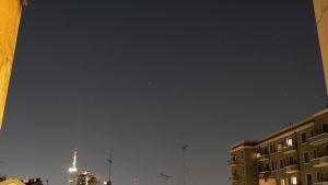 Kuvassa on tähtikirkas yö Milanossa.