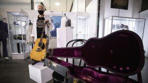 Kuvassa on Kurt Cobainin kitara.