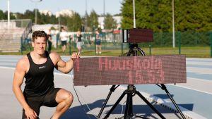 Tuukka Huuskola poseeraa 150 metrin SE-ajan vieressä.