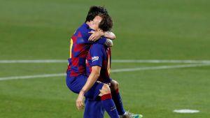 Ivan Rakitic ja Lionel Messi juhlivat voittomaalia.