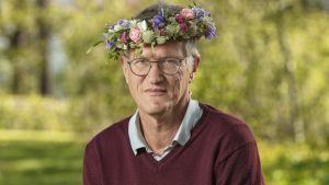 Anders Tegnell kukkaseppele päässään.