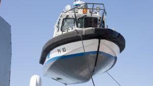 Loviisan edustalla juhannuspäivänä karille ajanutta ja uponnutta merivartiovene PV 183 nostetaan Keipsalon itäisellä selällä 24. kesäkuuta.