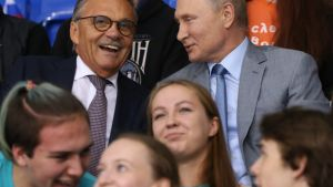 IIHF:n puheenjohtaja René Fasel ja Venäjän presidentti Vladimir Putin katselevat jääkiekko-ottelua yhdessä.