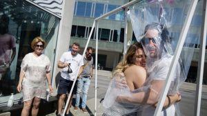 Nino Subotic halaa muovin läpi naista.