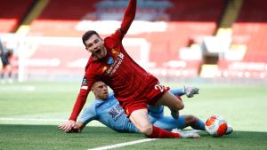 Burnleyn Johann Berg Gudmundsson pysäyttää Liverpoolin Andy Robertsonin menon.