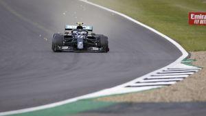 Valtteri Bottaksen eturengas hajoaa aivan Silverstonen kisan loppuhetkillä.