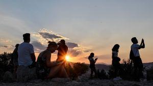 Turisteja kuvaamassa Ateenan Akropolista 27. heinäkuuta.