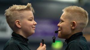 Vilho Viippola ja Luka Virkki ovat Suomen nuorin salibandy erotuomaripari.