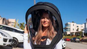 Pia Lamberg on pukeutunut avaruuskypärämäiseen koronasuojaan