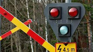 Rautatien yli menevän ajotien keltapunaiset varoituspuomit ovat nostettu ylös, kun sähköt eivät toimi myrskyn seurauksena. Liikennevaloissa eivät pala valot.