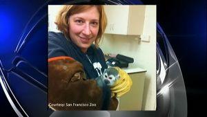 San Franciscon eläintarhan eläintenhoitaja Jill Andrews esittelee Banana Samia sen palattua takaisin eläintarhaan.