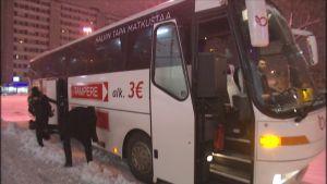 Matkustajia tulossa ulos Onnibussista