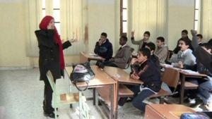 opettaja puhuu luokkansa edessä