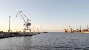 Laivojen purkua ja lastausta satamassa.