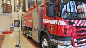 Kuvassa paloauto ja taustalla likutanko
