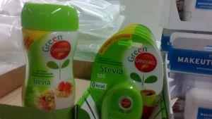 Steviaa löytyy eri muodoissa kauppojen hyllyistä.