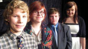 Neljä musikaalissa esiintyvää nuorta