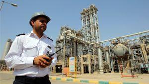Vartija Mahshahrin öljynjalostamon edustalla Iranissa