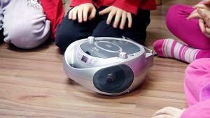 Lapset kuuntelevat radiota päiväkodissa.