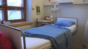 Tyhjä sairaalasänky.