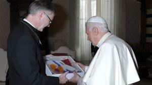 Piispa Häkkinen ojentaa paaville lahjan