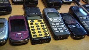 Kuvassa vanhoja matkapuhelimia