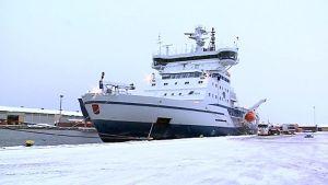 jäänmurtaja Kontio Oulun sataman laiturissa.