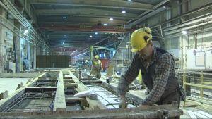 Betonielementtiä raudoitetaan Betonimestareiden tehtaalla Iisalmessa
