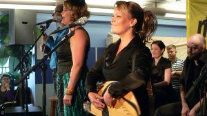 Vilma Timonen soittaa kanteletta Saaga Ensemblessä.