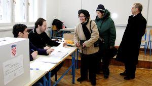 Ihmiset jonottavat äänestyspaikalla.