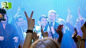 Pekka Haavisto ja Nexar Antonio Flores juhlivat vaalitulosta Tavastia-klubilla Helsingissä.