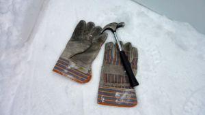 rukkaset ja vasara lumihangella
