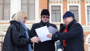 Leena Nenonen vastaanottaa kunniakirjaa tuomariston edustajalta Olavi Rytköseltä.