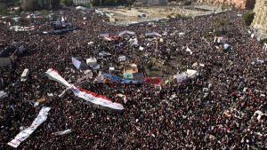 Suuri ihmismassa Tahririn aukiolla.