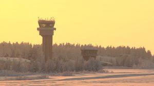 Rovaniemen lennonjohtotorni tammikuun auringossa.
