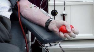 Mies luovuttaa verta.