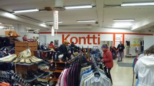 Vaaterekkejä ja -hyllyjä myymälän sisällä.