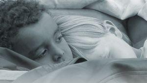 musta ja valkoinen lapsi nukkuvat vierekkäin