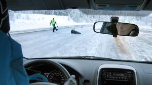Nainen ajaa esteitä kohti jäisellä ajoharjoitteluradalla.