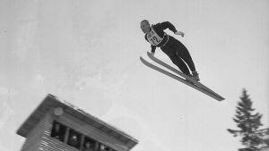 Hyppääjä Hämeenlinnan hiihdon SM-kisoissa vuonna 1954.