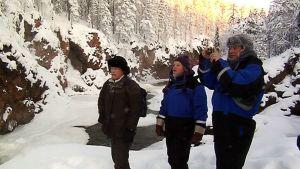 Ryhmä turisteja vierailee Kiutakönkäällä lähes 40 asteen pakkasella.