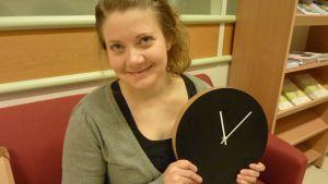 Kirsi Pasanen Kiekko-kello kädessään