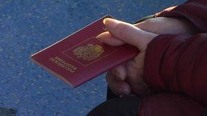 Venäjän passi naisen kädessä.