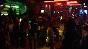 Ihmisiä tanssilattialla yökerhossa