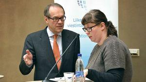 Merja Kyllönen ja Jorma Ollila juttelevat tauolla Liikenne- ja viestintäministeriön infotilaisuudessa.
