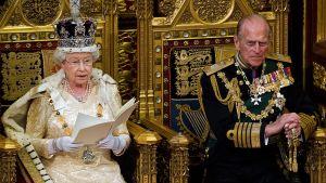 Kuningatar Elisabeth, vierellään prinssi Philip, puhumassa ylähuoneelle.